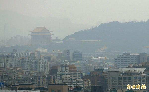 台灣PM2.5年平均值雖遠超過世界衛生組織的標準,卻被嚴重低估。(記者方賓照攝)
