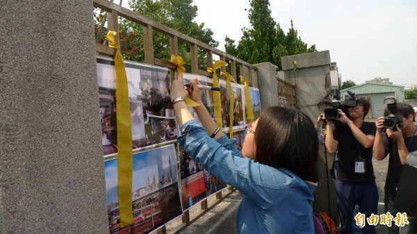 關心北廠的民眾,今到市民大道正門口繫上黃絲帶,表達對指定國定古蹟及全區規劃為鐵道博物館的期望。(記者游蓓茹攝)