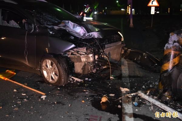 男子駕車自撞電線桿,車頭幾乎全毀。(記者蔡宗勳攝)