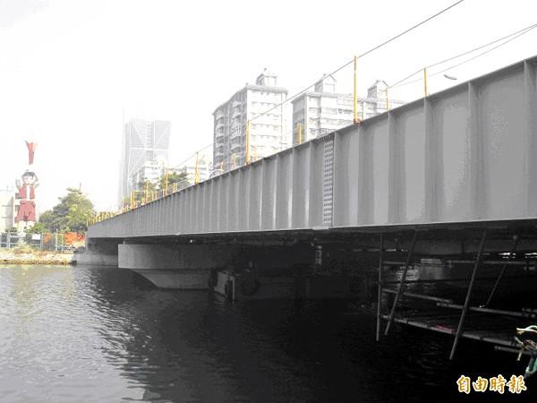 輕軌成功橋鋼構工程,將於三月底完工。(記者葛祐豪攝)