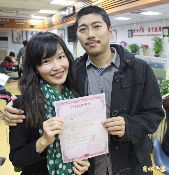 白色情人節加上農曆好日子,許多民眾到戶政事務所登記結婚。(記者翁聿煌攝)