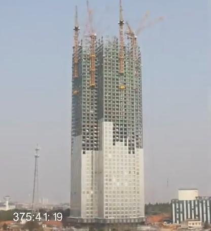 中國湖南省長沙市1棟57層大樓,號稱施工速度驚人,1天就能蓋3層樓。(圖擷取自《武漢前進網》)