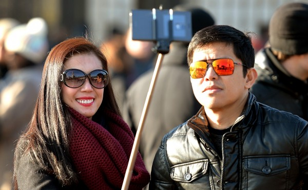 近來當紅的「自拍神器」是許多人旅遊的必備用品,熱門景點中更常見人人手持一根長長的棒子,自拍不求人,不過這樣的景象在台灣的博物館恐怕看不到了。(美聯社)