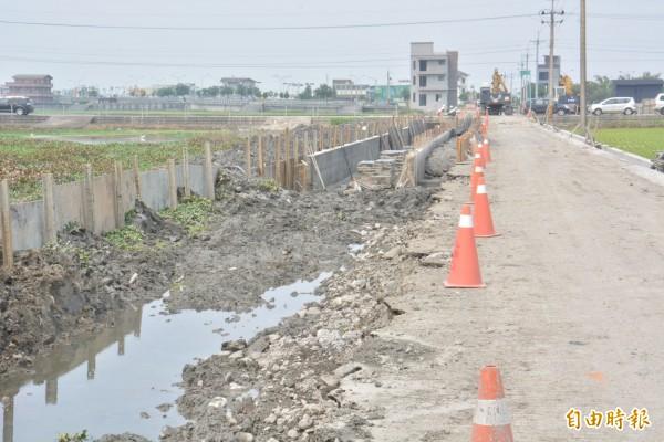 環保局懷疑是上游工程,導致水流變慢,溶氧量低,魚類死亡。(記者朱則瑋攝)