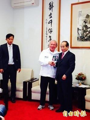 林義雄、黃昌國等拜會立法院長王金平談公投法補正。(記者邱燕玲攝)