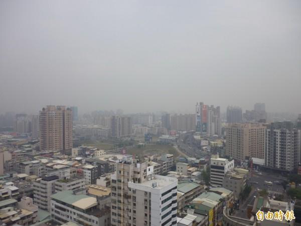 圖為高雄市受大氣擴散不佳影響,細懸浮微粒(PM2.5)濃度偏高。(資料照, 記者陳文嬋攝)