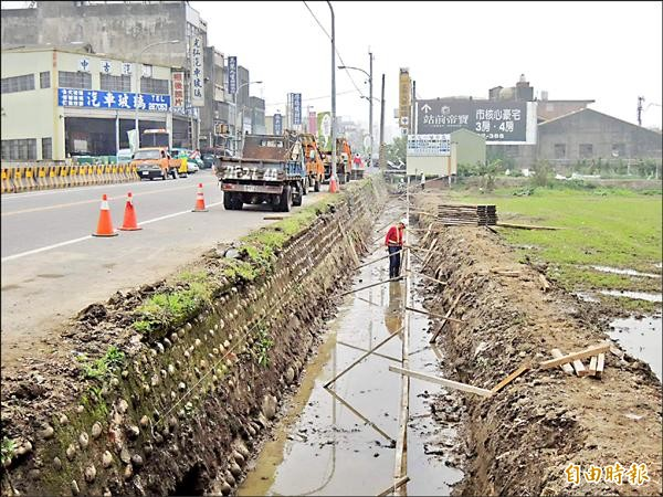 苗栗市為公路拓寬工程昨天動工,排水溝改善工程也同步進行,解決遇雨就積水的老問題。(記者張勳騰攝)