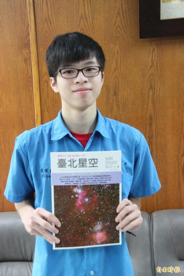 陳瑋凱喜愛看天文書籍,錄取馬偕醫學院護理學系。(記者林欣漢攝)