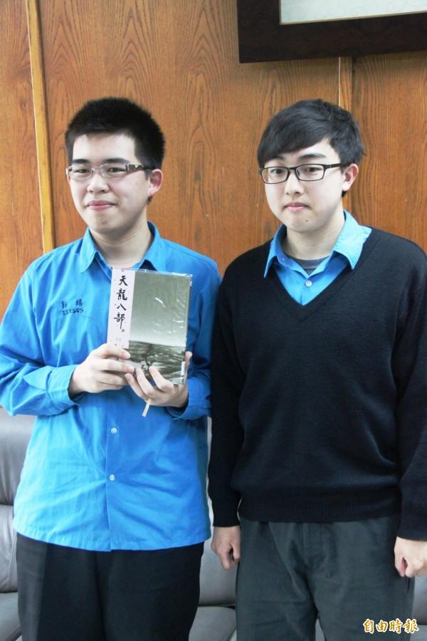 基中學測榜首郭靖(左)錄取清大化工,蔡瑞和(右)考上成大機械工程。(記者林欣漢攝)