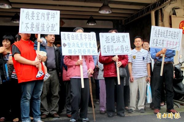 台北市捷運局於信義路六段,設置捷運信義線東延段的R04站,當地居民不滿捷運局黑箱作業,今齊聚舉牌抗議。(記者郭逸攝)