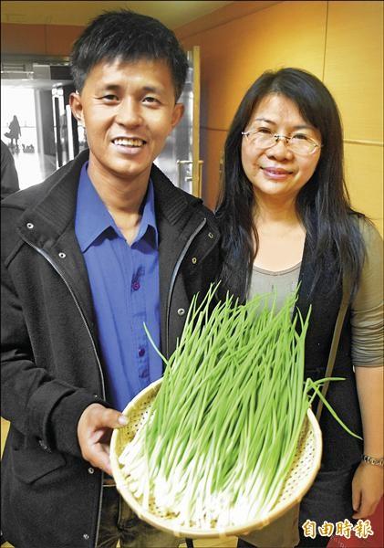 珠蔥農友蔡健皇(左)與姊姊(右)如今都在家鄉平溪,投入珠蔥種植。(記者陳韋宗攝)