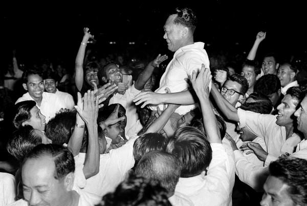 1963年9月21日,李光耀帶領人民行動黨在新加坡的選舉中取得壓倒性勝利,當時他被支持者高高舉起慶祝。(資料照,美聯社)