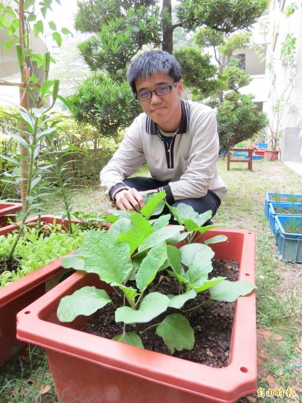 低收入戶之子郭李財種菜思父,考上宜蘭大學園藝系。(記者蘇孟娟攝)