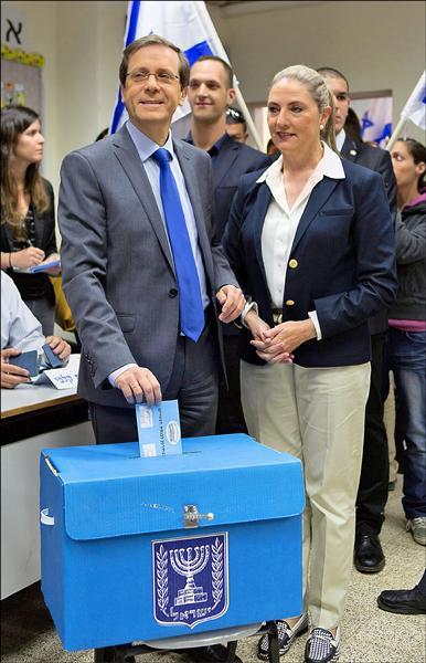 猶太復國運動聯盟領袖赫佐格十七日與妻子在特拉維夫投票。外界預期,猶太復國運動聯盟可能以些微差距贏得大選。(歐新社)