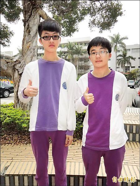建臺中學學生李昀叡(右)通過中山醫學大學醫學系審核,李政儒則錄取台大會計系。(記者張勳騰攝)