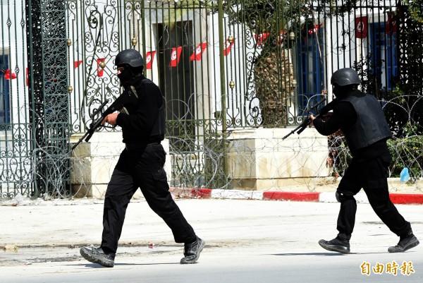 突尼西亞安全部隊18日在恐攻發生後包圍巴杜博物館。(法新社)