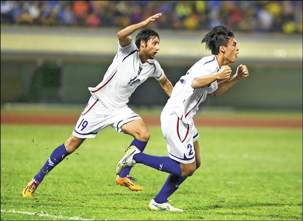 2018 世足亞洲區會外賽,台灣隊昨晚在汶萊背水一戰,分別由王睿(右)、台灣女婿朱恩樂(左)在上下半場各進一球,以2:0取得關鍵勝利,進入第二輪。。(圖:足協提供)