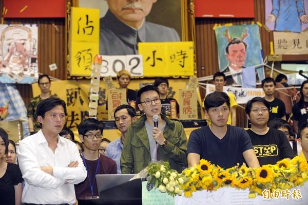 圖為去年三月學運主要領袖黃國昌(前排左起)、林飛帆、陳為廷、賴中強等人在立法院內畫面。(資料照,記者陳志曲攝)