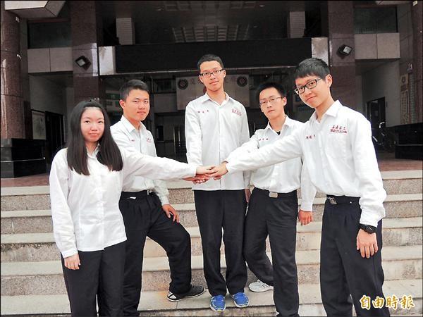 嘉工學生葉惠琪(左一起)、陳聖法、林宗宏、邱子源及陳冠州繁星推薦表現不俗。(記者王善嬿攝)