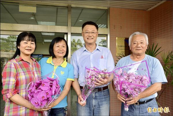 蕭男媽媽詹桂英(左二)昨天和夫婿(右一)、友人(左一)特地回到蘇花改工程處,送花給工程人員(右二)表示感謝。(記者朱則瑋攝)