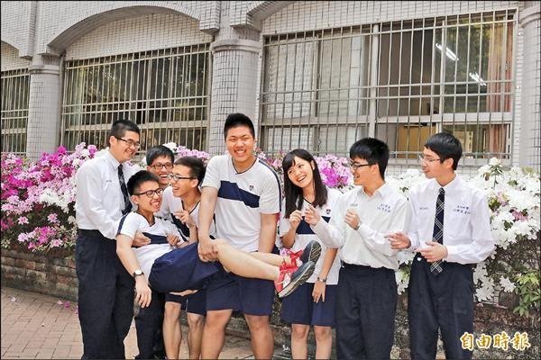 正心中學繁星推薦有5位(左起5人)通過醫學系第一階段。(記者詹士弘攝)