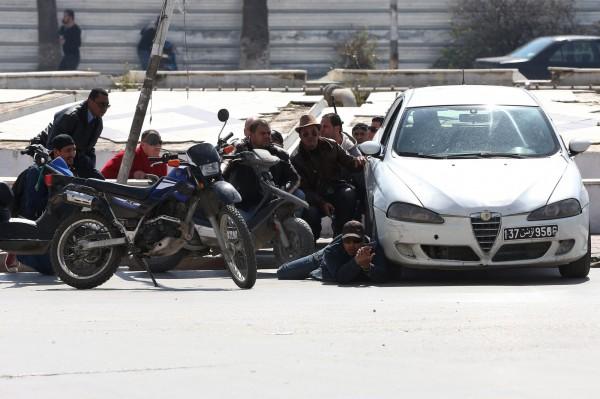 當時人質躲在車後等待救援。(歐新社)