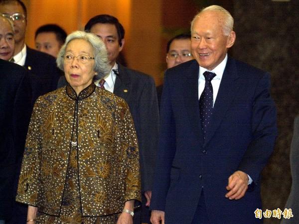 新加坡資政李光耀(右)偕同夫人在2002年9月訪台。(資料照,記者張嘉明攝)
