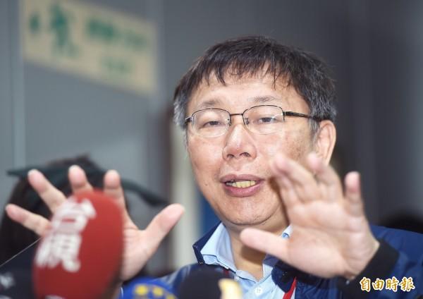 台北市長柯文哲今日主持與里長座談會,會前接受媒體記者採訪。(記者方賓照攝)