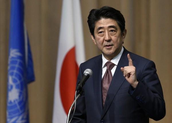日本首相安倍晉三認為過去自衛隊的做法不利海外及時救援,透過制定永久法,未來自衛隊可海外出兵。(歐新社)