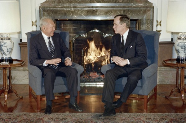 李光耀在國際外交上十分活躍,經常與各國元首會面商談,圖為李光耀在1989年時與當時的美國總統喬治布希在東京會面的畫面。(資料照,法新社)