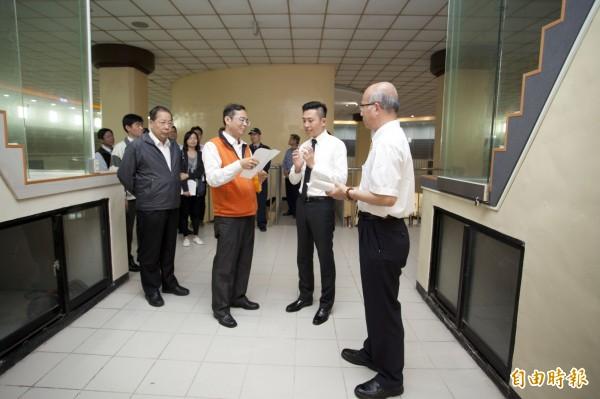 新竹市長林智堅(右二)前往大坪頂視察。(記者蔡彰盛攝)