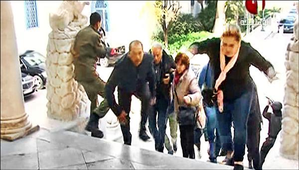 突尼西亞首都突尼斯巴杜博物館18日遭到恐怖攻擊,圖為博物館遊客在遇襲時驚惶逃出的電視畫面。(法新社)