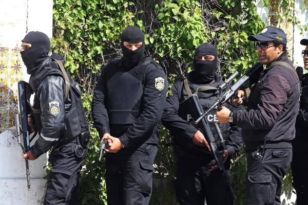 圖為大批突國安全部隊在博物館外警戒。(歐新社)