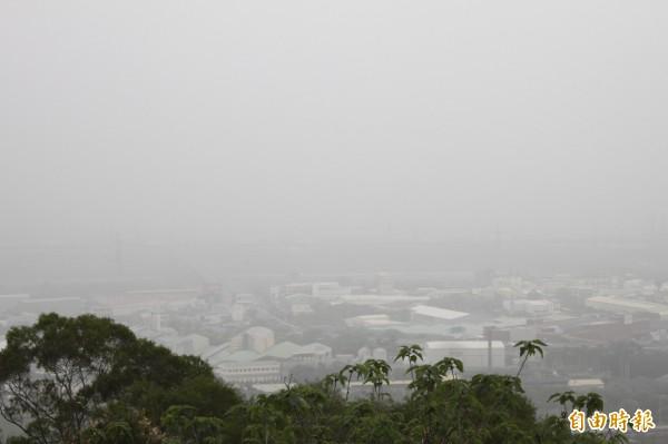 台中市區上空一片灰濛濛。(記者俞泊霖攝)