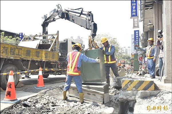 台中市府預計2年內要拆遷1155座人行道障礙物。(記者廖耀東攝)