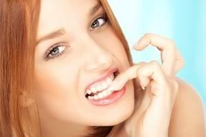 研究指出,平常有咬指甲、轉頭髮等習慣的人,可能是象徵著這個人具有追求完美的人格特質。(圖擷自網路)