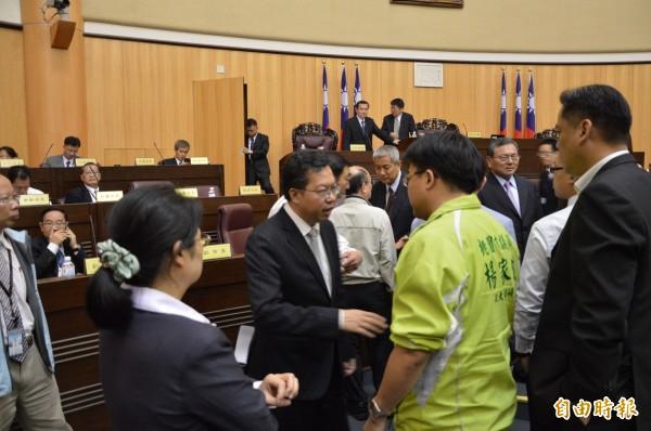 市長鄭文燦(左二)向議員說明議員建議款狀況。(記者謝武雄攝)
