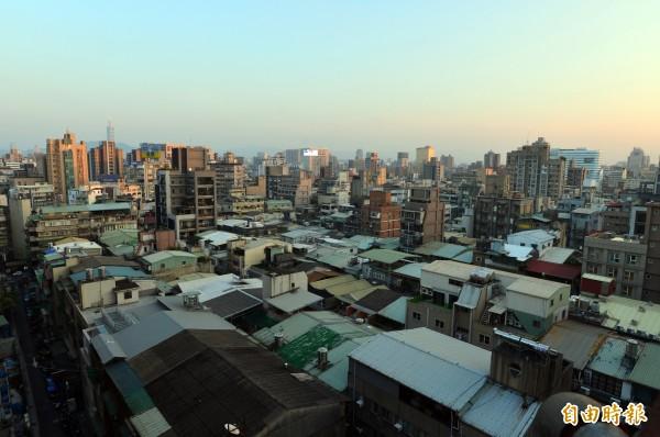 台北市建管處表示,截至今天傍晚5時30分,仍有8戶違建未及時改善完畢,將依序開拆。圖為台北市林森北路附近一帶仍有許多頂樓加蓋鐵皮屋。(資料照,記者王藝菘攝)