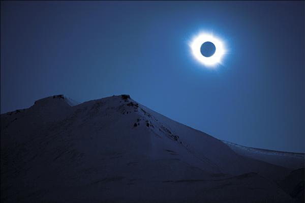 斯瓦爾巴群島上看到的日全蝕。(法新社)