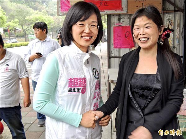 前行政院長蘇貞昌之女蘇巧慧(左)努力獲得民眾肯定,昨在民進黨內立委初選民調勝出。(記者翁聿煌攝)