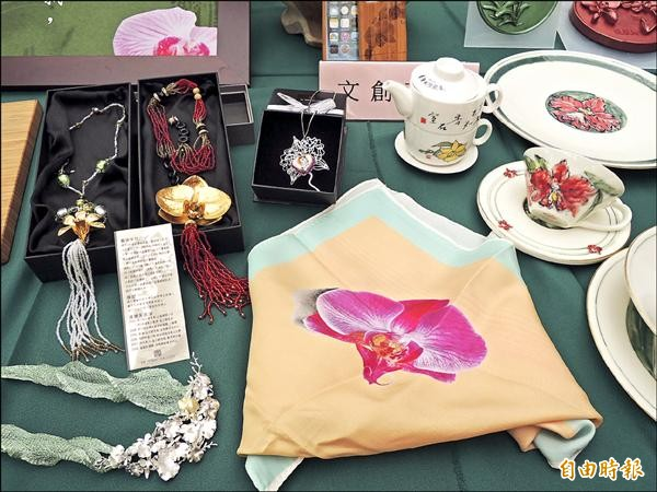 「二○一五台灣國際蘭展」文創產品銷售成績亮眼,蘭花絲巾拿下第一名。(記者洪瑞琴攝)