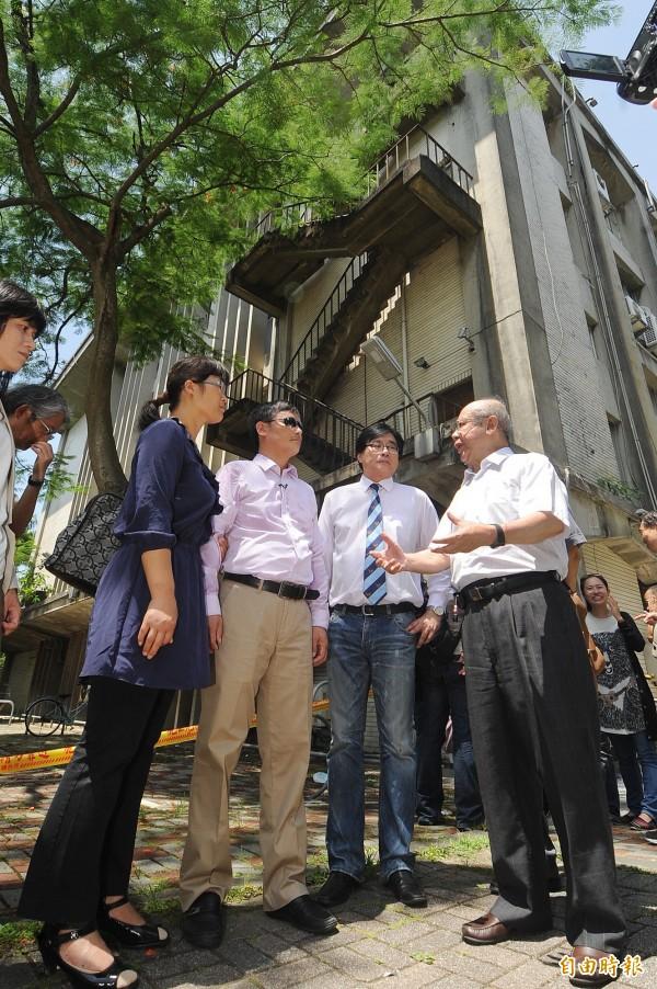 陳文成墜樓地點。圖為中國大陸盲人維權律師陳光誠(左二)參訪台大校園在陳文成事件的案發現場,和陳文成基金會的代表會面,並聆聽事件由來。(資料照,記者廖振輝攝)