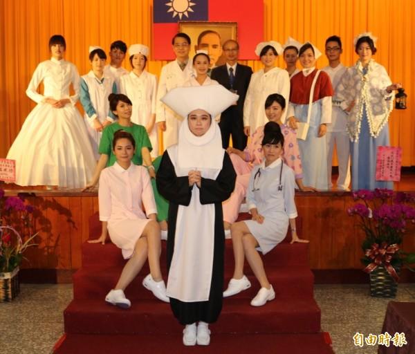 15套不同時期及風的護士服,讓你一眼就了解護士服裝演變史。(記者詹士弘攝)