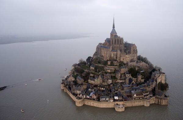法國世紀大潮淹沒了小島「聖米歇爾山」的周圍沙地。(美聯社)