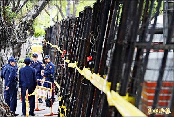北市警方昨天不僅派警力,更以拒馬團團包圍立法院。(記者廖振輝攝)