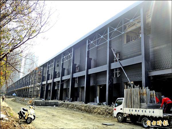 台鋁生活商場正加緊趕工,將與統一夢時代、大魯閣草衙道連成一氣。(記者葛祐豪攝)