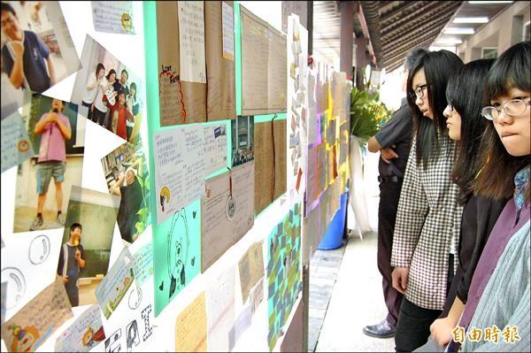 學生寫給陳柏州老師的信和小卡片,在告別式會場前特地擺設卡片牆,表達懷念和感謝。(記者楊金城攝)