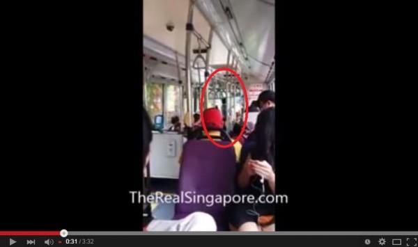 紅圈標示的這位中國大媽,在車上不斷飆罵司機,引來乘客的不滿。(圖擷取自YouTube)