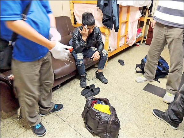 警方逮捕主嫌武姓越勞。(記者邱奕統翻攝)