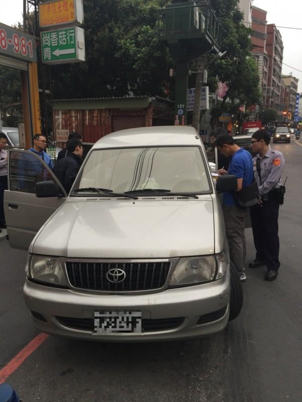 蘆洲警方循線逮獲非法外勞及雇主。(記者謝君臨翻攝)